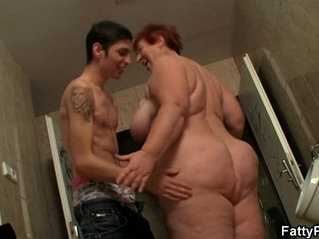 He fucks huge bitch in the restroom